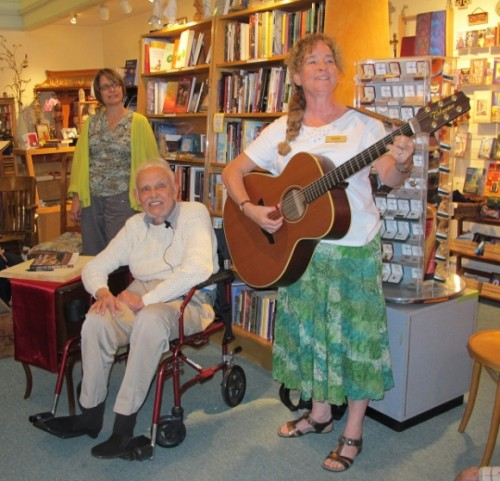 huston smith and mary busby of Sagrada bookstore sing How Can I Keep From Singing? Photo by BF Newhall